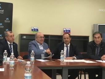 Representantes de la ALCI y Caixabank, durante la firma. FOTO: EL CORTO
