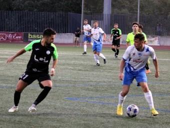 Burrita conduce el balón ante un jugador del Ciudad de Lucena. FOTO: PACO CASTILLO.