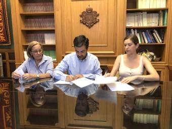 El alcalde y la responsable del grupo, durante la firma del contrato. FOTO: CALMA