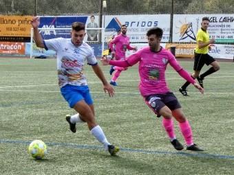 Naranjo controal el balón ante un jugador del Antequera. FOTO: MIGUEL JÁIMEZ.