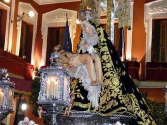 La Virgen de los Dolores a su paso junto a la puerta del Ayuntamiento. FOTO: P. CASTILLO.