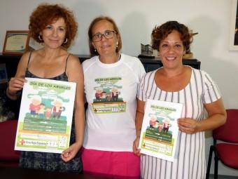 Directora de Servicios Sociales, concejala y coordinadora de Mayores, con el cartel del evento
