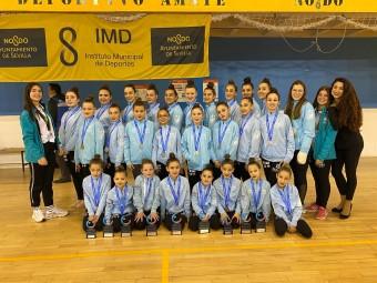 Gimnastas de Medina Lauxa y entrenadoras posan con los premios conseguidos.