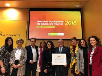 Los representantes del Centro Comercial Abierto y la concejala de Desarrollo, con el premio