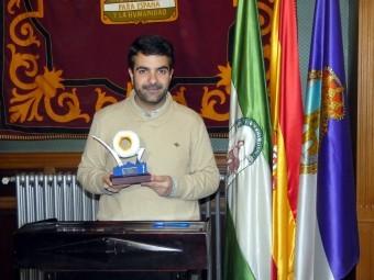 El alcalde de Loja, Joaquín Camacho, con el trofeo del Rosco de Loja