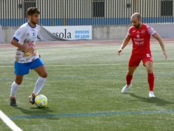 Álex Romero conduce el balón en el anterior partido en casa ante el Torreperogil.