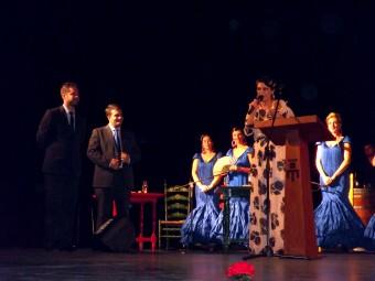 Flor González despide su pregón ante la presencia del alcalde y el concejal de Fiestas.