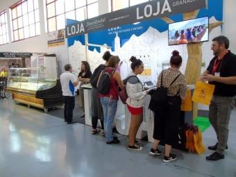 Visitantes al stand de Loja en la edición de la Feria de los Pueblos del pasado año.