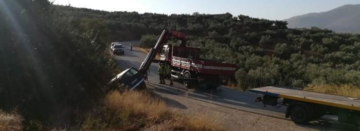 Una grúa saca el vehículo de la zona en la que sufrió la salida de la carretera.
