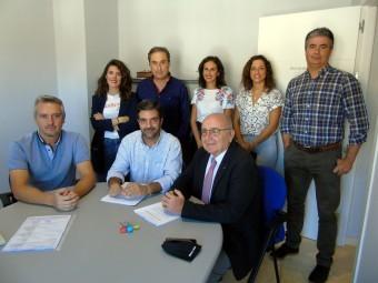 Autoridades y trabajadores de la ALCI, durante la firma del convenio. FOTO: C. MOLINA