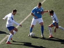 Luis Enrique y Barba disputan el balón con un jugador del Martos en el partido de ida.