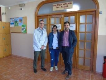 El concejal de Cultura y el alcalde de Loja, junto a la bibliotecaria. FOTO: C. MOLINA