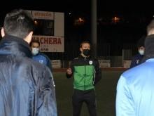 Vicente Ortiz dando su primera charla a los jugadores. FOTO: PACO CASTILLO.