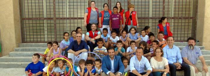 Las autoridades junto a los alumnos que participan en la Escuela. FOTO: MARTA RAMOS.