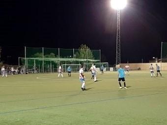 Una acción del partido disputado anoche en el estadio Antonio Ballesteros de Pulianas. FOTO: FRAN CA