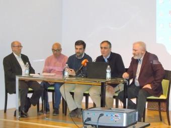 El alcalde, el concejal y los autores durante la presentación del libro