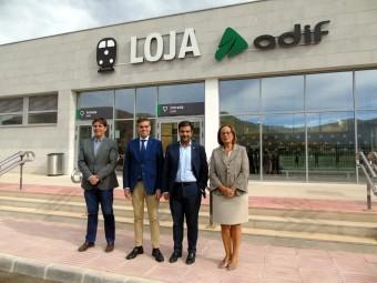 El senador, junto al alcalde y concejales, en la nueva estación de Loja. FOTO: C. M.