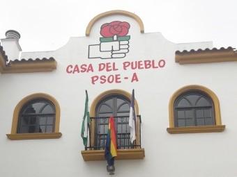 La bandera arco iris entre las de Loja y la de Andalucía, luce en la fachada de la Casa del Pueblo.
