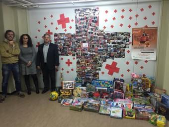 Responsables de la ONG y de la empresa con los juguetes donados.