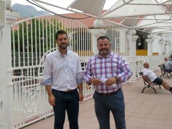 José Antonio Gallego y Joaquín Ordóñez ante el colegio público Victoria. FOTO: M. RAMOS