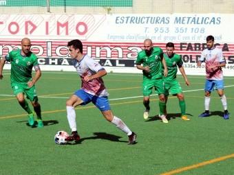 Sera avanza con el balón en el partido jugado hace dos semanas en Mancha Real. FOTO: M. JÁIMEZ
