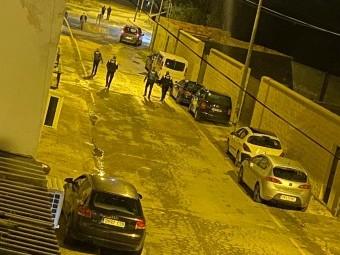 Miembros de Guardia Civil y Policía Local buscan los casquillos de las armas usadas
