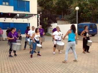 Usuarios de la residencia Sierra de Loja tocan a ritmo de batucada. FOTO: CALMA