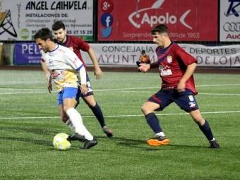 Del Moral con el balón perseguido por dos jugadores del Alhaurín. FOTO: MIGUEL JÁIMEZ.
