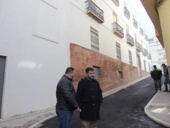 Joaquín Camacho y José Antonio Gallego comprueban el estado de la pavimentación. FOTO: J.M.J.