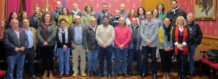 Autoridades, miembros de asociaciones y alcaldes pedáneos, en el acto. FOTO: CALMA