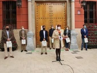 La presidenta de la AECC y concejales, en la presentación de la campaña. FOTO: CALMA