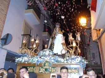 La Virgen del Carmen recibió una 'petalá' en la calle Montoya. C. MOLINA