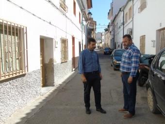 El alcalde y el concejal de Obras observan el estado de la calle Alta. FOTO: C. MOLINA