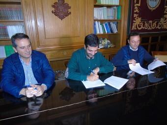 Alcalde y empresario firman el convenio en presencia del secretario municipal. FOTO: J.MªJ.