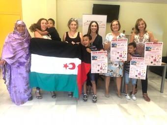 Miembros de la asociación junto a los menores acogidos, la concejal y la directora del centro. C. M.