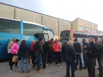 Numerosos agricultores subieron a los autobuses a primera hora de hoy. FOTO: C. M.