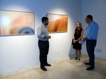 La fotógrafa, junto al alcalde y el concejal, en uno de sus trabajos. FOTO: A. MATAS