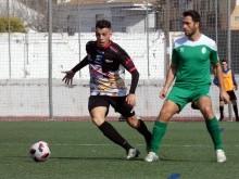 Sergio García con el balón en el último partido fuera de casa, en Atarfe. FOTO: M. JAÍMEZ