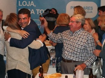 Joaquín Camacho se abraza a Matilde Ortiz tras conocerse el triunfo del PP en Loja.