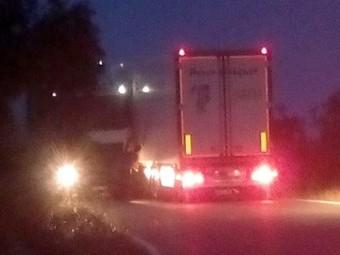 Los dos camiones empotrados provocaron largas colas en la carretera.