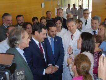 El presidente de la Junta conversa con una madre en el hospital. FOTO: C. MOLINA
