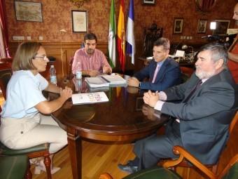 El alcalde y la concejala se reunieron con responsables de la ONCE. FOTO: CALMA