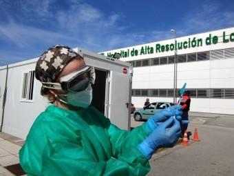 Una sanitaria prepara una de las dosis para vacunar a mayores de 80 años. FOTO: C. M.
