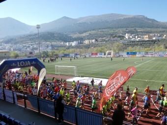 Los atletas recorren el anillo del estadio Medina Lauxa el pasado año. FOTO: P. CASTILLO.