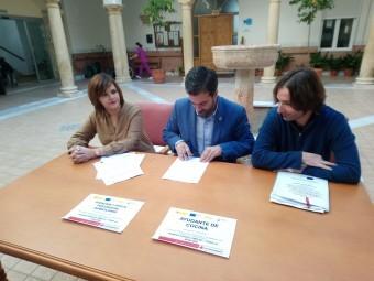 Firma del convenio entre la residencia y Cruz Roja Española. FOTO: CALMA