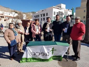 Miembros de la AECC y municipales, en la mesa informativa del mercadillo. FOTO: J. AGUILA
