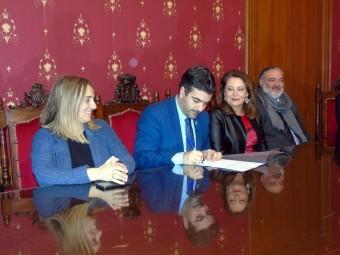 El alcalde firma el documento de cesión de los terrenos fluviales. FOTO: C. MOLINA