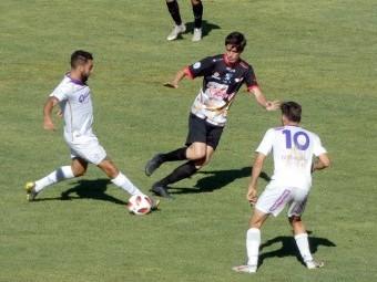 Fabio pugna por el balón entre dos jugadores del Real Jaén. FOTO: PACO CASTILLO