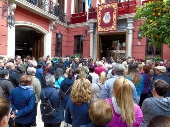 Decenas de personas se concentraron a las puertas del Ayuntamiento. FOTO: C. MOLINA