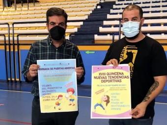 El alcalde y el concejal de Deportes muestran los carteles de la programación gratuita.